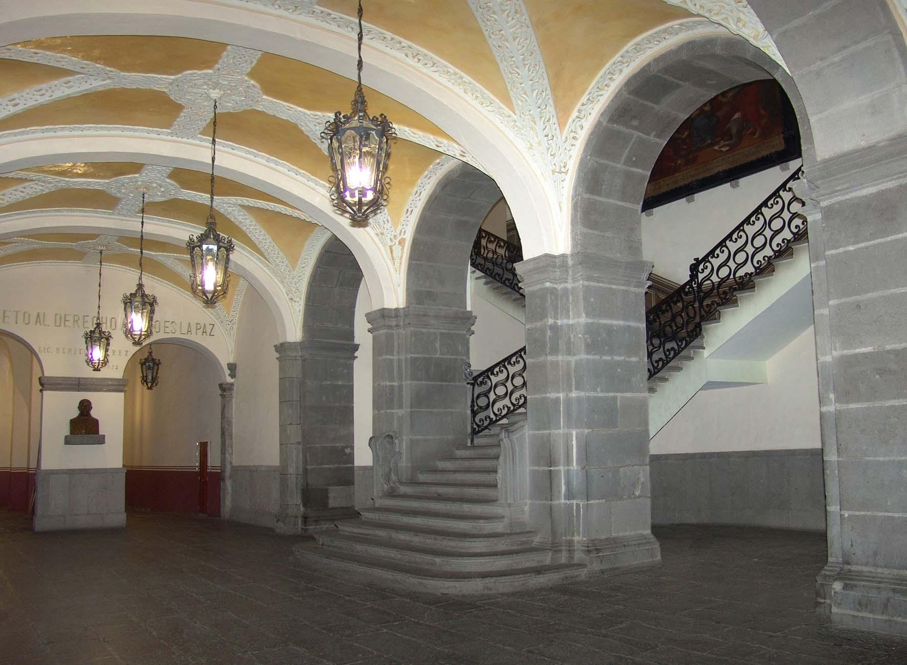 Escalera de los Leones, en la entrada principal del Carolino.